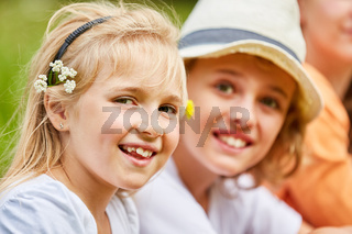 Blondes Mädchen mit Blumen im Haar