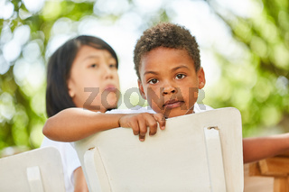 Kleiner afrikanischer Junge blickt nachdenklich