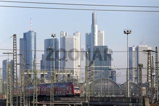 Frankfurt Hauptbahnhof mit einem fahrenden Zug der Deutschen Bundesbahn