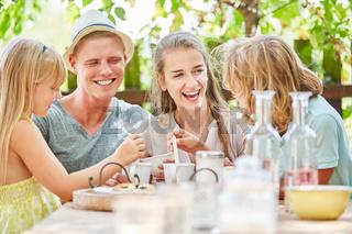 Familie hat Spaß beim Kaffee trinken