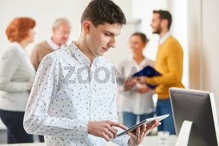 Programmierer mit dem Tablet Computer