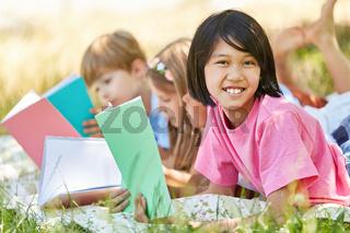 Asiatisches Mädchen beim lernen im Park
