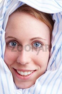 Kopf in Bettdecke