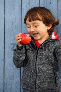 Kind Apfel Obst Früchte essen lachen draußen Herbst gesunde Ernährung