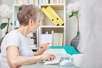 Ältere Business Frau am Computer