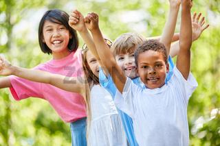 Jubelnde Kinder im internationalen Kindergarten