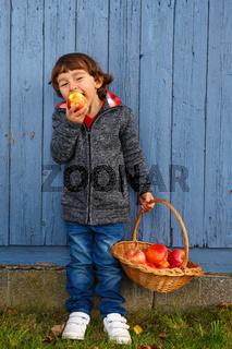 Kind Apfel Obst Früchte essen Ganzkörper Herbst gesunde Ernährung