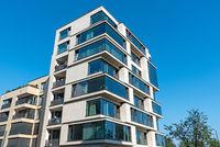 Modernes Mehrfamilienhaus mit viel Glas in Berlin