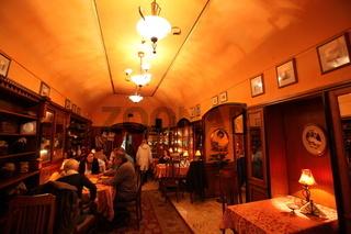 Ein Restaurant oder Cafe in der Altstadt von Krakau im sueden von Polen.