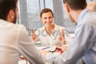 Start-Up Frau diskutiert im Meeting