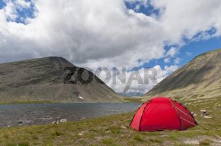Zelt an einem Bergsee, Rendalen, Hedmark, Norwegen