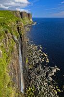 Mealt Wasserfall und Kilt Rock Basaltklippen bei Staffin, Isle of Skye, Schottland, Grossbritannien