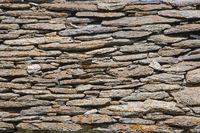 Natursteinmauer einer Almhütte