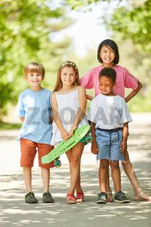 Gruppe Kinder als Freunde mit einem Skateboard