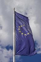 Europaflagge vor blauweißem Wolkenhimmel