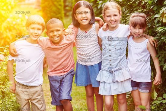 Lachende Gruppe Kinder im Garten zusammen