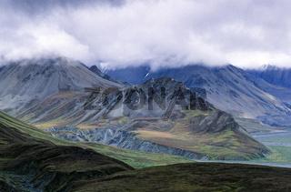 Berggipfel der Alaskakette zwischen Wolken / Denali Nationalpark  -  Alaska