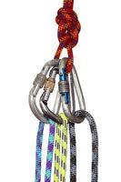 drei Karabinerhaken mit Seilen