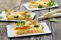 Spargelquiche mit Lachs und Spinat