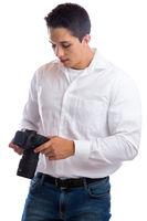 Fotograf schaut Fotos Fotografie fotografieren Beruf Kamera Freisteller