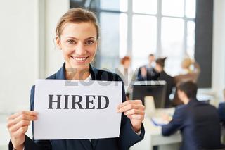 Junge Frau freut sich über einen neuen Job