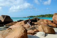 Seychellen Insel Praslin mit den berühmten Granitfelsen am Strand von Anse Latio