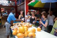 Frische Kokosnussmilch auf dem Marktplatz von Victoria Seychellen
