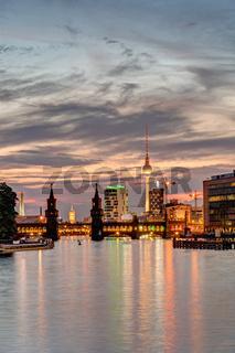 Abenddämmerung an der Spree in Berlin