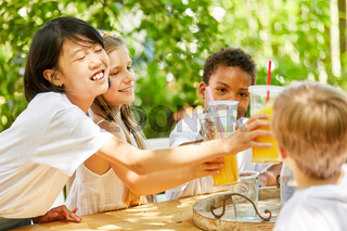 Multikulturelle Gruppe Kinder feiert Party