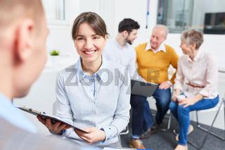 Junge Geschäftsfrau in einem Meeting