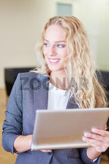 Blonde Geschäftsfrau mit Tablet Computer