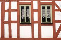 Fachwerkhaus mit schmalen Fenstern