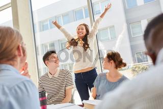 Studentin jubelt über bestandene Prüfung