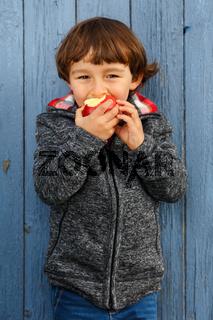 Kind Apfel Obst Früchte essen Hochformat draußen Herbst gesunde Ernährung