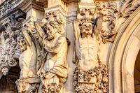 Detailansicht von Sandsteinfiguren im Zwinger, Dresden
