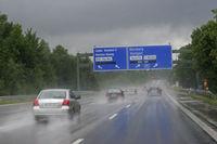 Aquaplaninggefahr -Regen auf der Autobahn