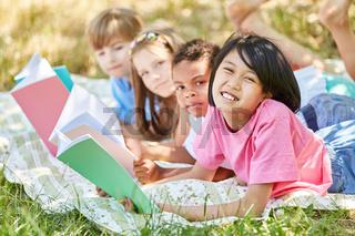 Kinder machen Hausaufgaben in freier Natur