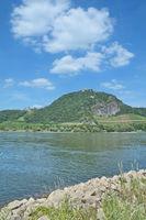 D--Siebengebirge--Drachenfels und Drachenburg.jpg