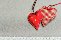 Herzen aus Stoff als romantischer Hintergrund
