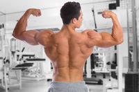 Bodybuilder Bodybuilding Muskeln Rücken Bizeps Fitnessstudio Mann stark muskulös jung