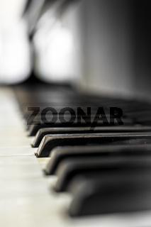 Piano keys with shallow DOF
