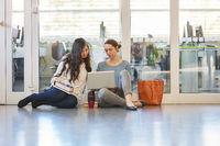 Zwei Studentinnen arbeiten zusammen am Laptop