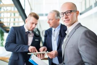 Consulting Mann oder Geschäftsführer mit Kollegen