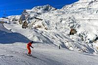 Skifahrer auf der Längfluh Abfahrt im Skigebiet Saas-Fee, Wallis, Schweiz