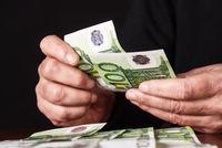 Hände zählen Geld