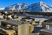 Tische im Bergrestaurant Längfluh mit Ausblick auf die Walliser Alpen, Saas-Fee, Wallis, Schweiz
