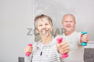 Senioren Paar macht Sport