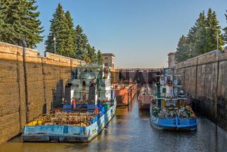 Barge tug in gateway