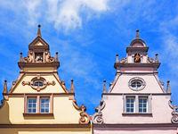 Giebel von zwei historischen Gebäuden in Trier