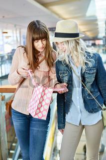 Zwei weibliche Teenager mit Shopping Tüte